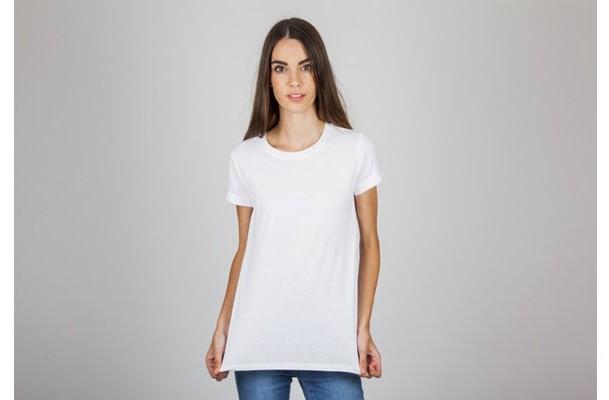 Мокап девушка в футболке