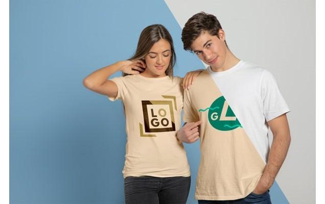 Пара позирует в футболках